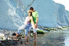 Giovani coppie sulla spiaggia Fotografie Stock Libere da Diritti