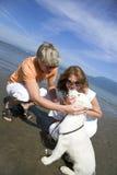 Giovani coppie sulla spiaggia fotografia stock