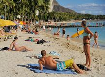 Giovani coppie sulla spiaggia di Waikiki Immagini Stock Libere da Diritti