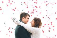 Giovani coppie sveglie nell'amore, caduta dei cuori fotografie stock libere da diritti