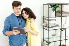 Giovani coppie sveglie - un ragazzo e una ragazza spendono insieme il loro svago La coppia passa in rassegna le informazioni sull immagini stock libere da diritti