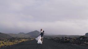 Giovani coppie a titolo dell'Islanda stock footage