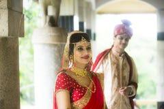 Giovani coppie tradizionali indiane sposate Fotografia Stock Libera da Diritti