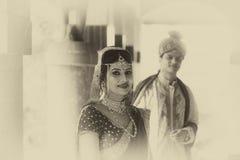 Giovani coppie tradizionali indiane sposate Fotografie Stock Libere da Diritti