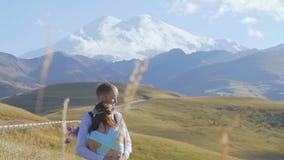 Giovani coppie un giorno soleggiato nelle montagne stock footage