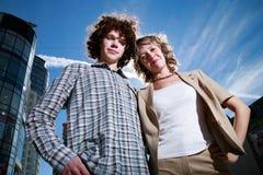 Giovani coppie in una città Fotografia Stock