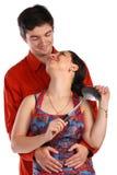 Giovani coppie, uomo e casalinga, abbracci. Fotografia Stock