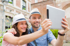 Giovani coppie in vacanza che prendono selfie Immagini Stock Libere da Diritti