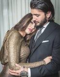 Giovani coppie vestite elegante abbracciandosi all'interno Fotografia Stock Libera da Diritti