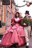 Giovani coppie in vestiti invecchiati centrali Fotografia Stock