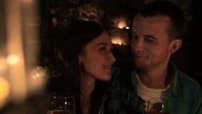 Giovani coppie in vino bevente di amore da lume di candela video d archivio