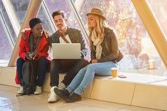 3 giovani corse miste del gruppo di studenti degli imprenditori o degli adulti intorno Fotografie Stock