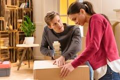 Giovani cose dell'imballaggio delle coppie per la casa commovente Fotografie Stock