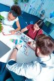 Giovani creativi a 'brainstorming' Immagini Stock