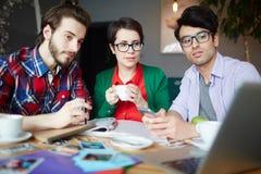Giovani creativi che lavorano nella riunione Immagini Stock