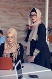 Giovani creativi della giovane impresa sulla riunione all'ufficio moderno che fa i piani ed i progetti immagini stock