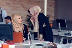 Giovani creativi della giovane impresa sulla riunione all'ufficio moderno che fa i piani ed i progetti fotografie stock