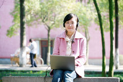giovani del computer portatile della ragazza fotografie stock libere da diritti