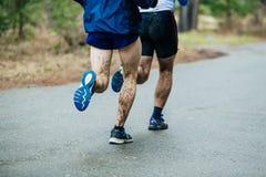 Giovani del corridore due che corrono lungo la strada Fotografia Stock