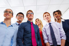 Giovani del gruppo di affari che stanno multi etnico immagine stock