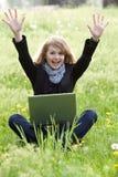 giovani del modello del computer portatile di verde di erba Immagini Stock Libere da Diritti
