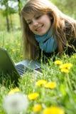 giovani del modello del computer portatile di verde di erba Fotografia Stock Libera da Diritti