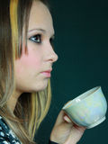 giovani del tè della ragazza della bevanda fotografia stock