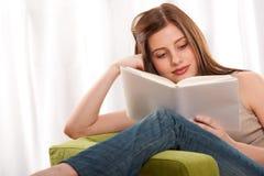 giovani dell'allievo di serie della lettura del brunette del libro Fotografia Stock