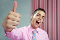 Giovani dell'uomo d'affari con il segno giusto della mano Immagine Stock
