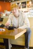 giovani dell'uomo del caffè Fotografie Stock Libere da Diritti