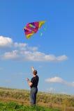 giovani dell'uomo del cervo volante di volo fotografia stock libera da diritti
