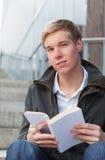 giovani dell'uomo del libro Fotografia Stock Libera da Diritti