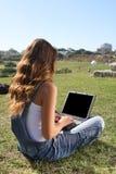 giovani della donna del computer portatile Fotografia Stock Libera da Diritti