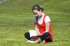 giovani della donna della lettura del libro immagini stock