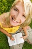 giovani della donna della lettura del libro Fotografie Stock Libere da Diritti