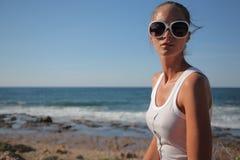 giovani della donna della linea costiera Immagini Stock Libere da Diritti