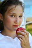 giovani della holding della ragazza della mela immagini stock libere da diritti