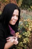giovani della sosta della ragazza di autunno Fotografia Stock