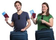 Giovani delle coppie con il viaggio v di viaggio di volo del biglietto di volo Fotografie Stock Libere da Diritti