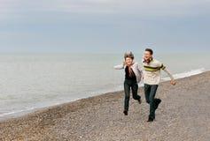 giovani delle coppie della spiaggia Fotografie Stock