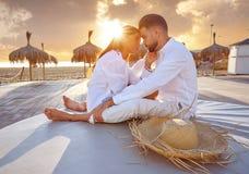 Giovani delle coppie nell'alba di vacanza della spiaggia Immagine Stock Libera da Diritti