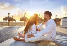 Giovani delle coppie nell'alba di vacanza della spiaggia Fotografia Stock Libera da Diritti
