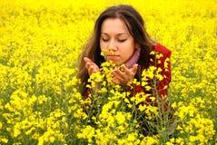 giovani di colore giallo della ragazza di fiori Fotografia Stock Libera da Diritti