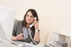 giovani di conversazione della donna del telefono dell'ufficio Immagini Stock Libere da Diritti