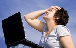 giovani di funzionamento della donna casuale del computer portatile Fotografie Stock