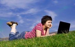giovani di funzionamento della donna casuale del computer portatile Immagini Stock