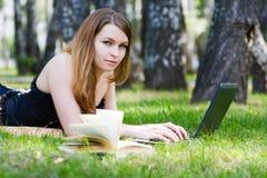 giovani di funzionamento della donna del computer portatile Fotografie Stock