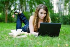 giovani di funzionamento della donna del computer portatile Fotografia Stock Libera da Diritti