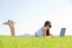 giovani di menzogne dell'erba femminile sveglia Fotografia Stock