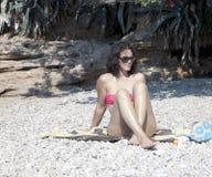 giovani di seduta della donna della spiaggia immagini stock